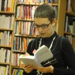 """Rachel Maeder lit des passages de """"Qui ne sait se taire nuit à son pays""""."""