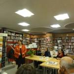 Isabelle Cardis Isely, Présidente de l'Association Plaisir de Lire, devant le public présent pour écouter les auteures.
